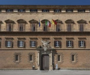 https://www.tp24.it/immagini_articoli/05-11-2020/1604575141-0-sicilia-mentre-fuori-c-e-la-crisi-i-deputati-si-aumentano-la-pensione-nbsp.jpg