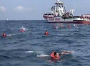 https://www.tp24.it/immagini_articoli/17-09-2020/1600345956-0-in-76-si-gettano-in-mare-per-raggiungere-palermo-a-nuoto-nbsp.jpg